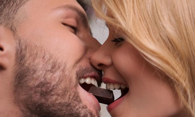 csokoládét falatozó pár
