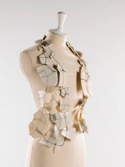 Porcelán mellény © Julien Vidal / Galliera / Roger-Viollet