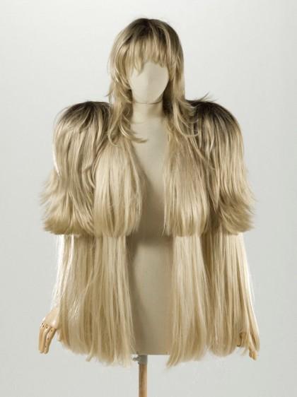 Szintetikus hajból készített kabát © Stéphane Piera / Galliera / Roger-Viollet