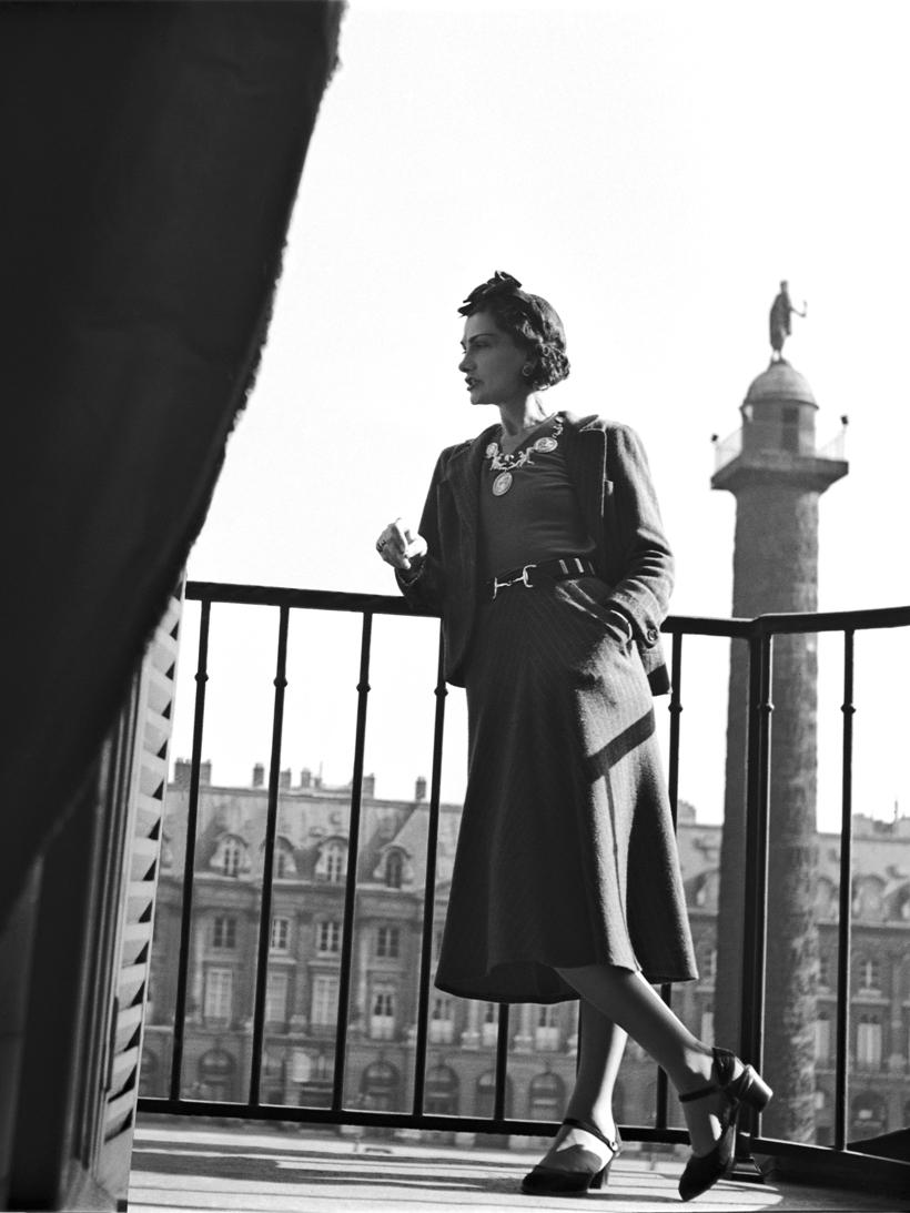 Coco Chanel au balcon de l'hôtel - Photo Roger Schall l© Collection Schall