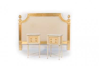 Tête de lit et paire de chevets de style Louis XVI, provenant du Ritz Paris © Artcurial