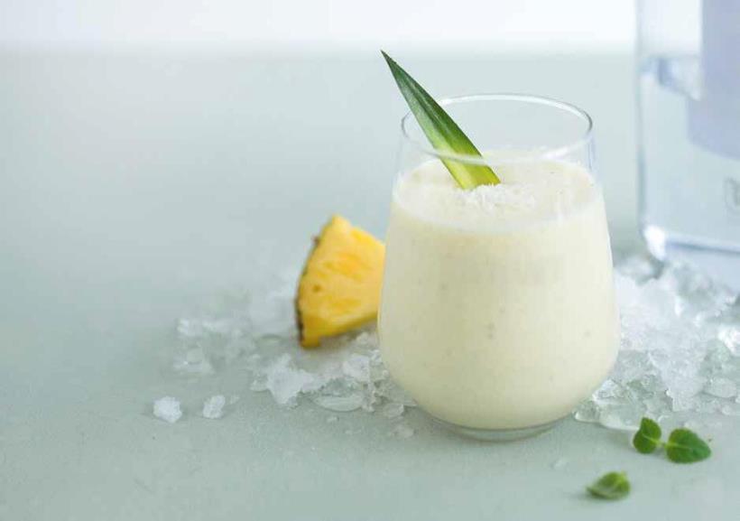 Egzotikus smoothie ananásszal és kókuszpehellyel