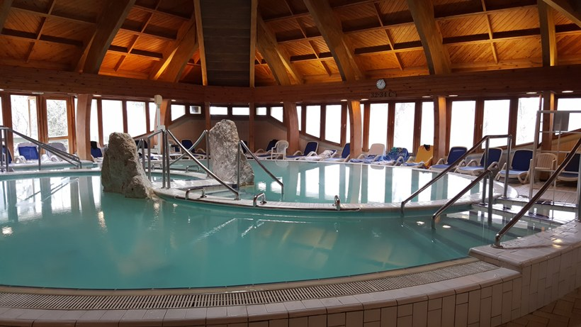 Danubius Hotel Hélia termál medence_ChicAndCharm