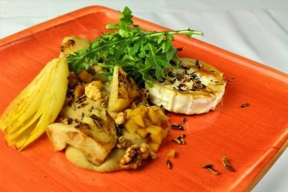 Sült kecskesajt (penészes kecskesajt, meleg cikória saláta, zeller, puffasztott vadrizs, birsalma)