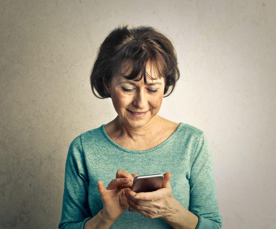 telefonáló idős nő