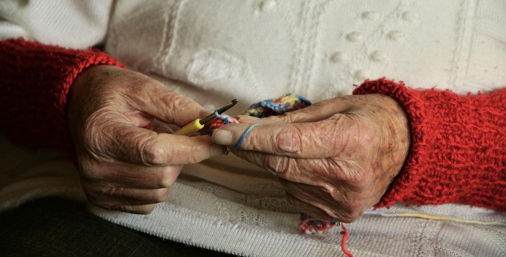 kötögető idős nő