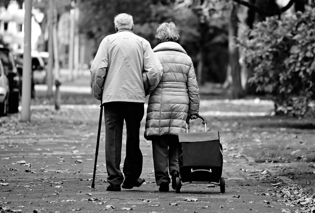 sétáló idős pár