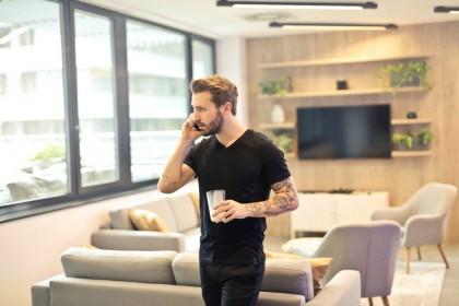 man-calling-on-phone-941710