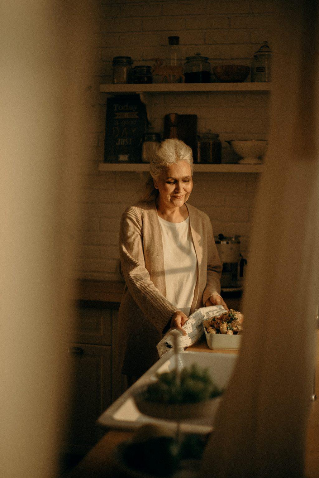 főző idős nő